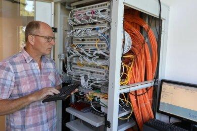 """Michael Musick, Geschäftsführer der Firma SMI, nimmt die neue Servertechnik in der Sachsenalleeschule in Betrieb. """"Vor allem in den Ferien sind wir oft in den Schulen zugange"""", sagt der Diplom-Ingenieur."""
