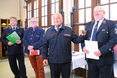 Verbandschef Andreas Schubert (2. von rechts) ehrte Steffen Schröder (rechts) aus Elsterberg mit der Verdienstmedaille in Silber des Kreisfeuerwehrverbandes. Gemeindewehrleiter Volker Strobel (links) und Bürgermeister Sandro Bauroth gratulierten. s
