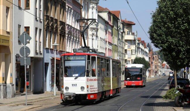 Der Ersatz rollt schon hinterher: Während der Bauarbeiten können Fahrgäste der Linie 4 nur noch mit dem Bus befördert werden.