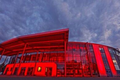 Im Juni wurde die Stadthalle rot angestrahlt, um auf die Misere der Veranstaltungsbranche aufmerksam zu machen. Jetzt kann die Kultour Z. als Betreiber auf ungeahnte Weise Einnahmen erzielen.