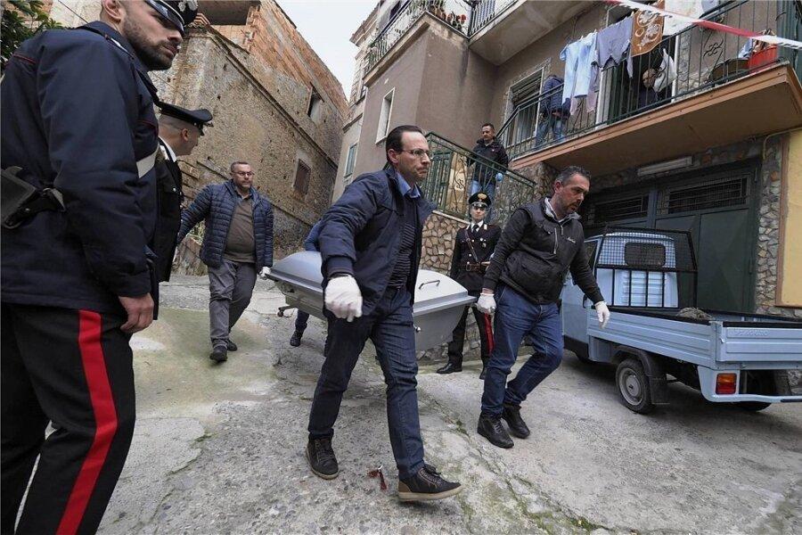 """Ein Mordopfer der Mafia wird in der süditalienischen Kleinstadt Cassano all'Ionio abtransportiert. """"Es geht der Ndrangheta nicht nur um das Materielle, um das Geld, sondern vor allem auch um die Demonstration ihrer Macht, um die Kontrolle des Territoriums"""", betont die Anti-Mafia-Aktivistin Chiara Tommasello aus Reggio Calabria."""