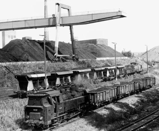 Der Martin-Hoop-Schacht IV/IV a besaß einen modernen Güterbahnhof. Hinter dem Portalkran erkennt man die Schächte IV a und IV, das Kraftwerk und die Wäsche.