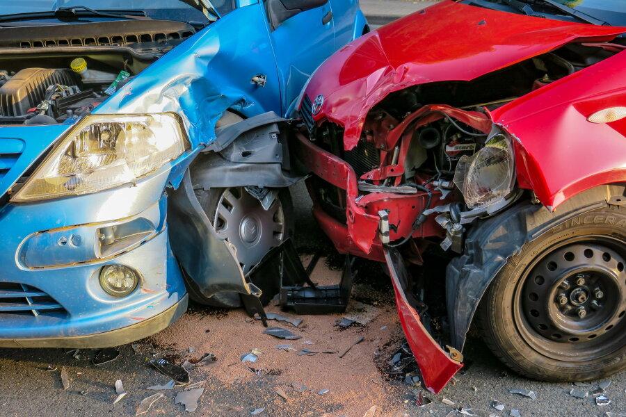 Drei Autos waren bei dem Unfall auf der Silberbachstraße in Schneeberg beteiligt.