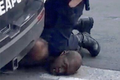 Auf diesem Video-Ausschnitt, den ein Passant zur Verfügung gestellt hat, kniet Ex-Polizist Derek Chauvin auf dem Hals des unbewaffneten Afroamerikaners George Floyd.