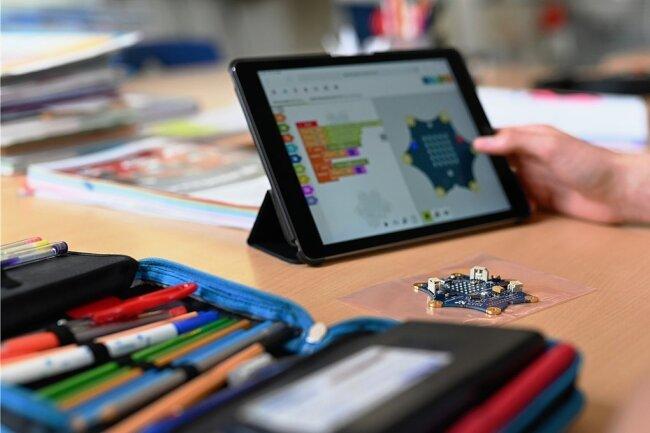 Ein Schüler arbeitet mit einem Tablet. In der Tauraer Schule wird auch auf mobile Technik gesetzt.