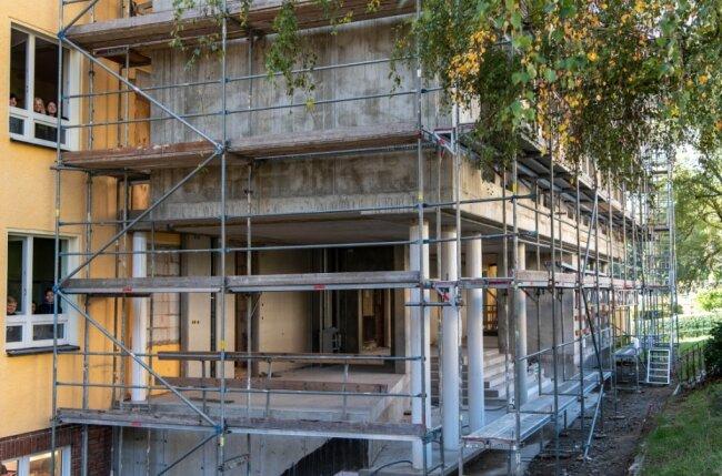 Noch können die Schüler der Evangelischen Oberschule in Lunzenau vom Schulgebäude aus nur durch die Fenster in den Anbau schauen. In reichlich vier Monaten soll er fertig sein.