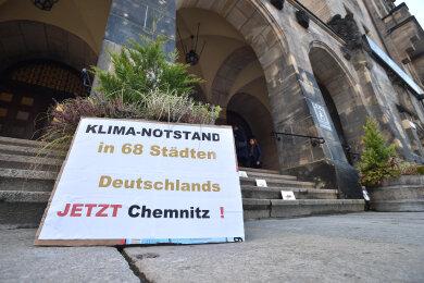 Die Demonstranten vor dem Rathaus forderten die Ausrufung des Klimanotstandes.