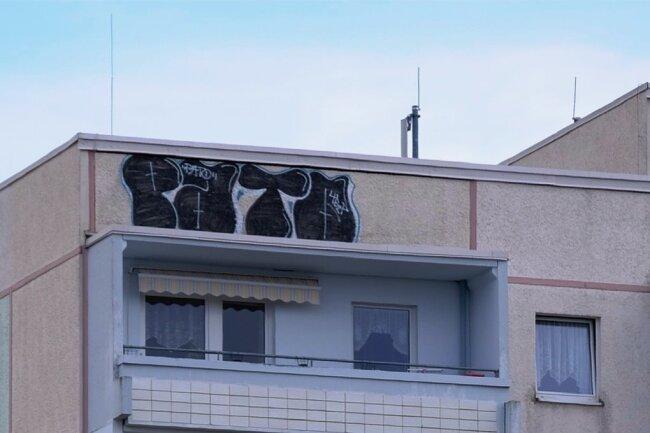 Eigenwilliger Ausdruck einer Mutprobe in etwa 30 Metern Höhe. Das Hochhaus-Dach war in den letzter Zeit oft Treffpunkt für Kinder und Jugendliche.