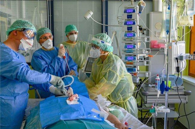 Pflegekräfte wie Mediziner der Intensiv-Stationen in Südwestsachsen müssen derzeit vor allem ungeimpfte Covid-Patienten versorgen. Von einer Situation wie zum Jahreswechsel 2020/2021 sind sie aber bislang weit entfernt.