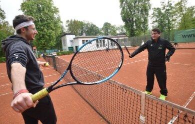 Endlich wieder Tennis: Michael Bich (links) und Jan Luderer waren die ersten Mitglieder des CTC Küchwald, die wieder auf der Anlage trainierten.
