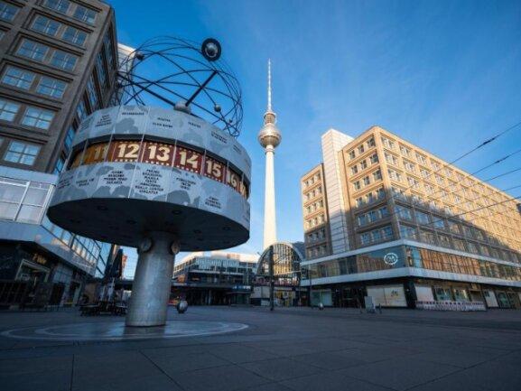 Mitte April in Berlin: Der Alexanderplatz ist fast menschenleer.