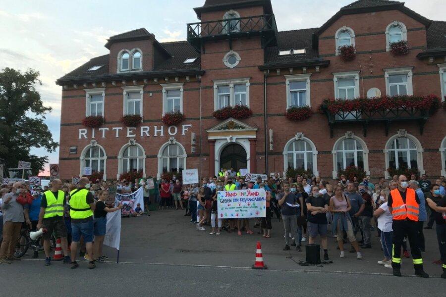 Mehr als 200 Menschen riefen in Sprechchören unter anderem: Wir sind hier, wir sind laut, weil ihr unsre Zukunft klaut.