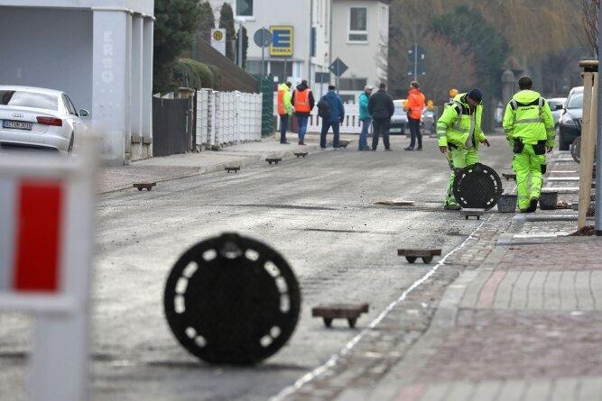 Letzte Arbeiten an der Hartensteiner Straße. Zwischen Parkhaus und Schafbrückenweg soll noch diese Woche wieder Verkehr fließen.