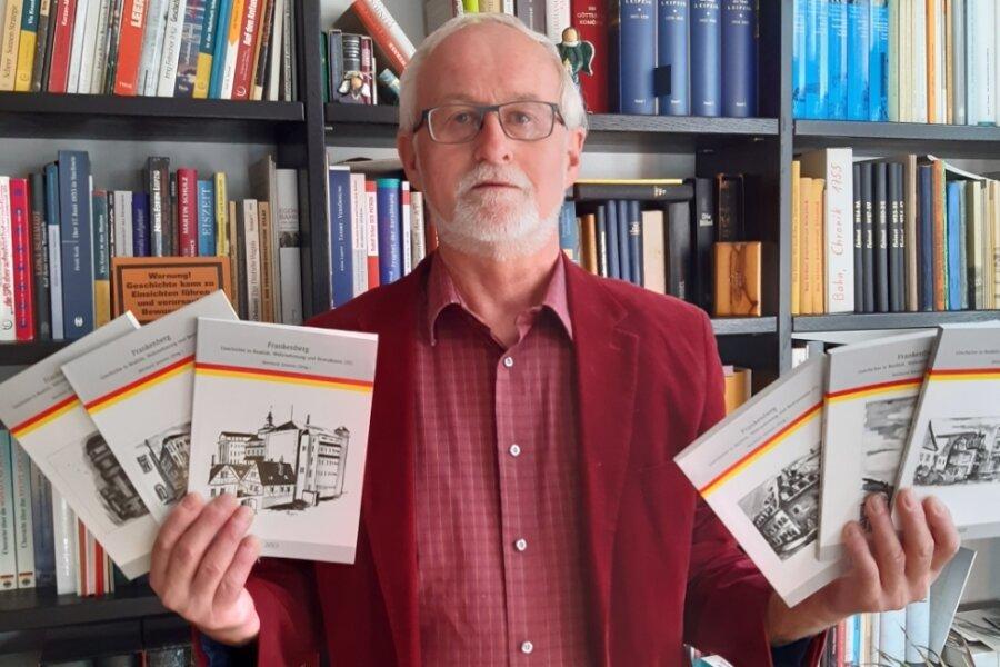 Reinhard Jeromin zeigt einige Ausgaben seiner Frankenberg-Schriftenreihe, die er seit fast zehn Jahren herausgibt.