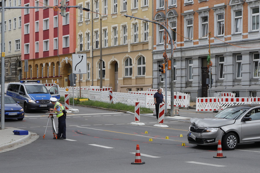 Die ramponierten Fahrzeuge stehen auf der Kreuzung, während die Polizei den Unfall aufnimmt.