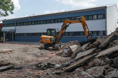 Trotz noch nicht abgeschlossener Bauarbeiten im Außengelände sollen die zwei Turnhallen an der Markersdorfer Straße zum Schuljahresbeginn wieder eröffnet werden.