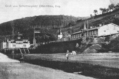 Der Olbernhauer Schützenplatz mit dem hölzernen Schützenzelt links im Bild. In der Baracke rechts waren Werkstätten.