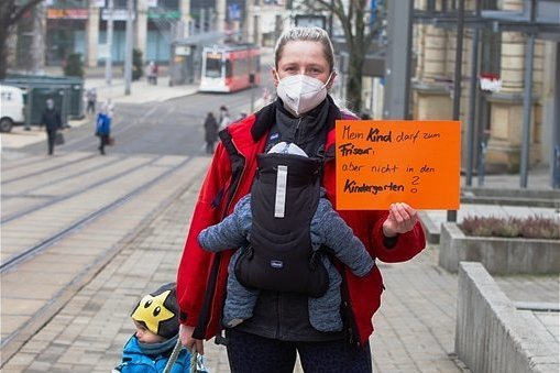 """""""Mein Kind darf zum Friseur, aber nicht in den Kindergarten?"""" Die zweifache Mutter Sarah Werner hinterfragte am Montag in Plauen mit einem Plakat die derzeit geltenden Maßnahmen."""