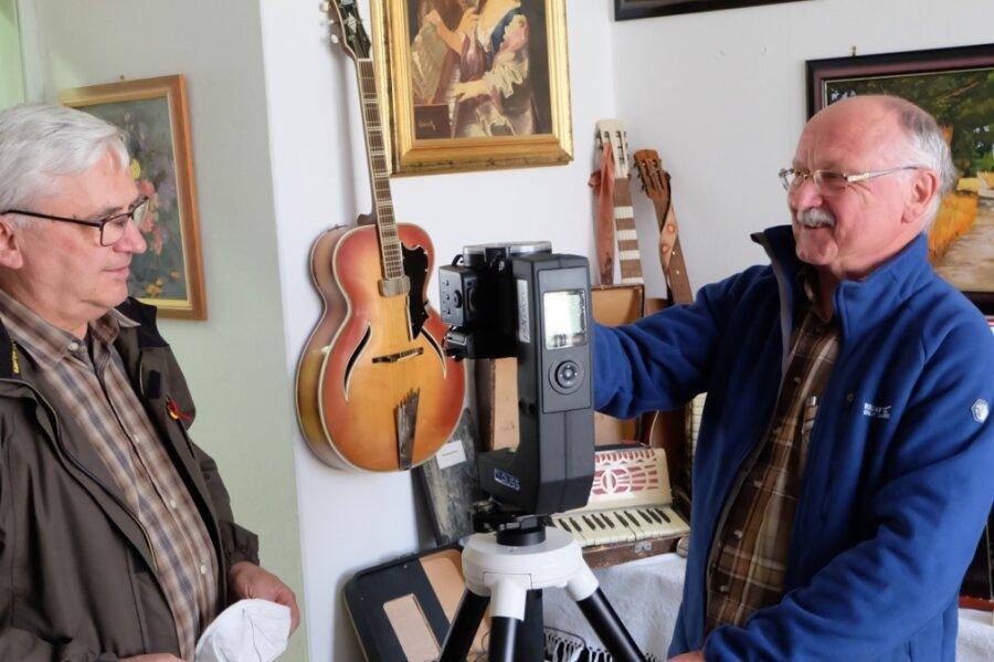 Für Klaus Weigelt (re.) vom Erzgebirgszweigverein Hormersdorf ist die 360-Grad-Kamera kein Hexenwerk. Seit 1976 nimmt Weigelt Filme auf. Jetzt hat er als Techniker den Hut auf für den virtuellen Rundgang. Kirchenvorsteher Thomas Vorberg freut sich, dass auch die Kirchgemeinde in dieses Smart-City-Projekt einbezogen ist.