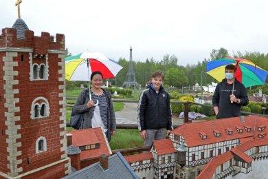 Nicole Romanowski, Sohn Ron und dessen Freund Lukas Lindner waren die ersten Besucher nach der Eröffnung am Mittwoch.