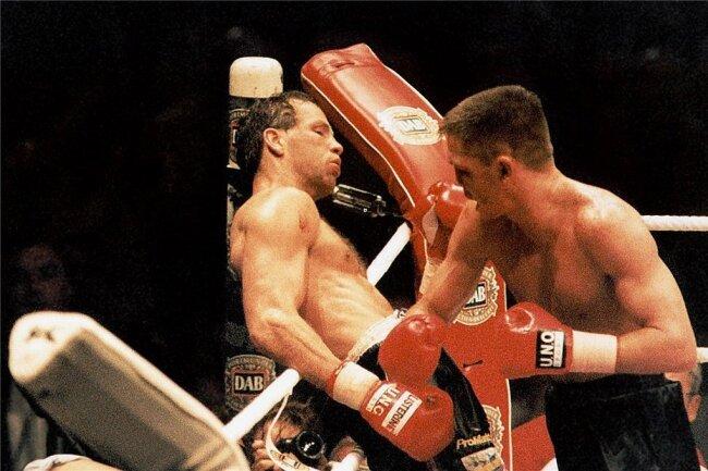 27. Mai 1995 in Dortmund: Rocchigiani setzt Henry Maske (li.) schwer zu, verliert aber nach Punkten.
