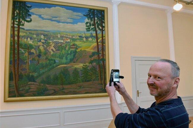Ein Gemälde ist der Blickfang im Ratssitzungssaal von Geyer. Kämmerer und Ortschronist Steffen Küchler hat sich intensiv mit dem Bild beschäftigt, verschiedene Vorträge und Artikel dazu geschrieben.