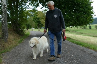 Eberhard Gläser ist mit seinem Hund in Schönheide unterwegs. Ihn beunruhigen die ausgelegten Köder.