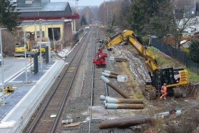 Am Bahnhof Reichenhain entstand in den vergangenen Monaten eine Verknüpfungsstelle für den Nahverkehr. Fahrgäste können zwischen Bahn und Bus wechseln. Zusätzlich wird ein zweites Gleis verlegt.