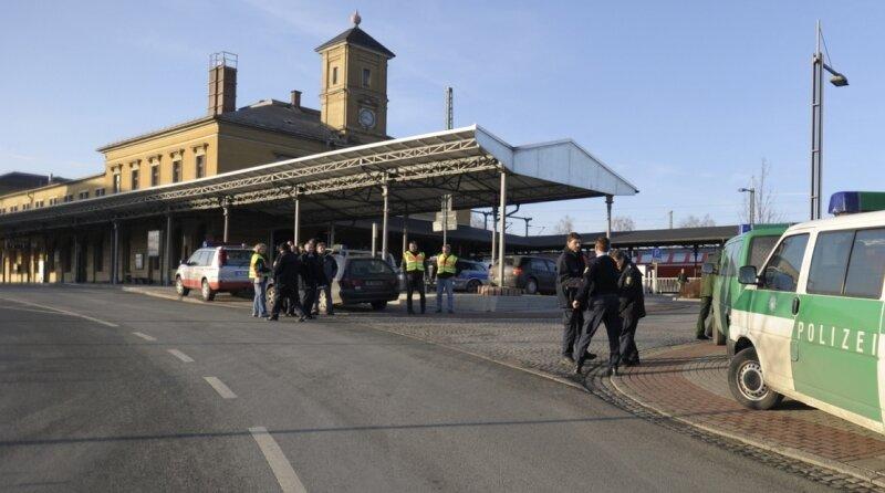 """<p class=""""artikelinhalt"""">Polizei riegelt den Bahnhof ab. Wenig später rücken auch die Sprengstoff-Experten an. </p>"""