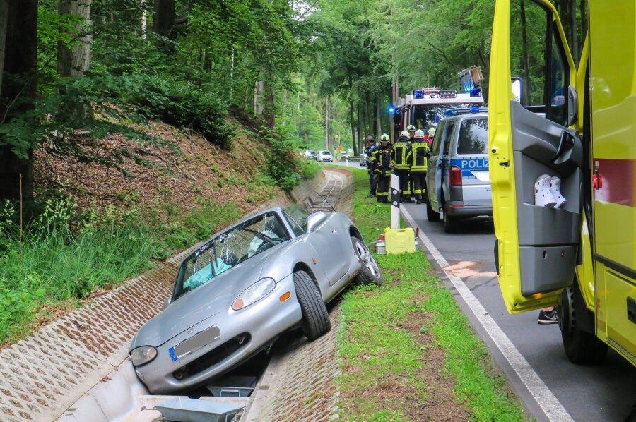 Ein Mazda liegt kurz hinter Oberpfannenstiel im Graben.