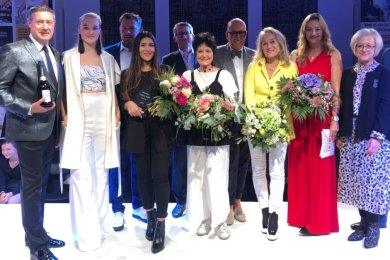 "Maria Salomé Buitrago, die strahlende Gewinnerin des ""Mercedes Fashion Night Award 2019"" (4. v. l.), umgeben von Jurymitgliedern und Vertretern der Veranstalter."
