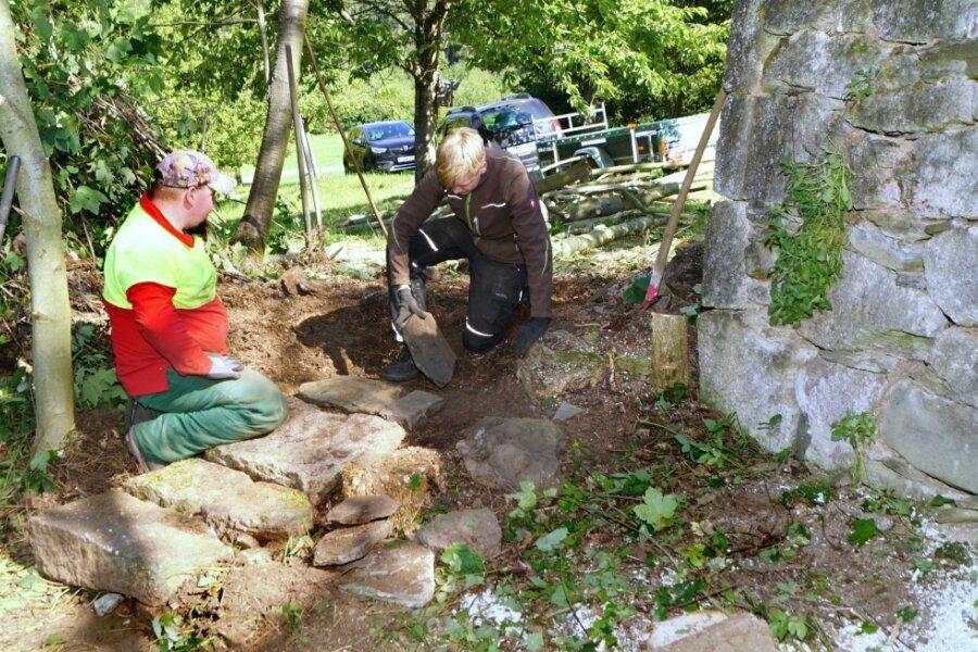 Aus alten Steinen legen Lars Hanisch (links) und Lukas Schäfer neben den alten Gemäuern einen Weg zur Schaubeute am Bienenlehrpfad an.