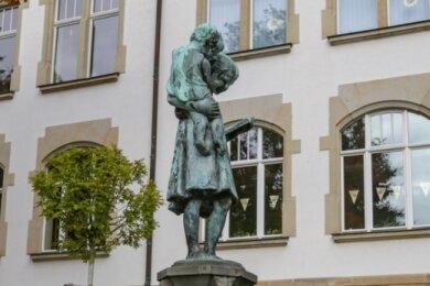 Vier Bronzefiguren vom Rand des Märchenbrunnens an der Grundschule Röhrsdorf wurden am Wochenende gestohlen. Dabei durchtrennten die Täter die Wasserzufuhr und beschädigten die Steineinfassung.