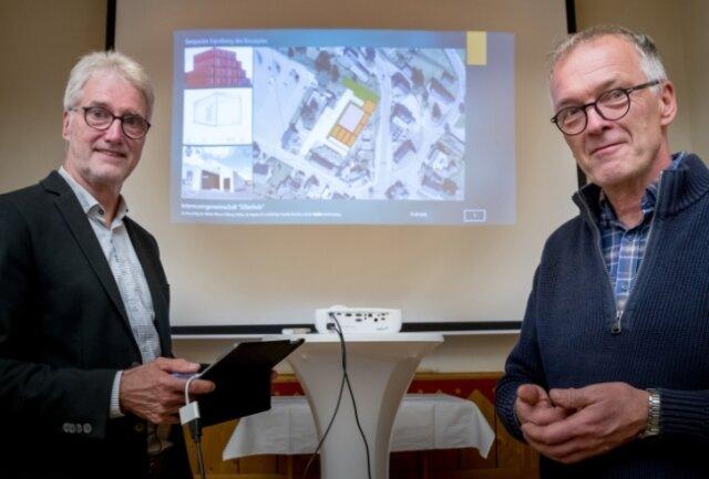 """Wolfgang Fischer (links) und Wolfgang Werner stellten die Weiterentwicklung des Projekts """"Silberholz"""" vor und präsentierten, wie ein Besucherzentrum nun umgesetzt werden könnte."""