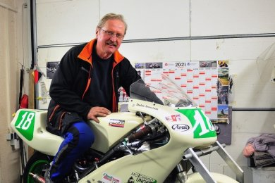 Stefan Tennstädt aus Rodewisch in seiner Werkstatt, in der die 250-Kubikzentimeter-Rotax-Rennmaschinen vorbereitet werden.