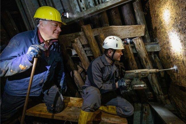 Dieter Schuster (links) und Andreas Bachmann vom Freundeskreis Geologie und Bergbau bereiten den Einbau von Sicherungsplanken im Lampertusschacht vor.