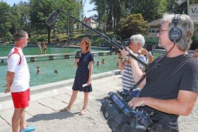 Mathias Wienold beantwortet die Fragen von MDR-Reporterin Juliane Hennig im Sahnbad.