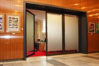 Hinter dieser Tür, wo sich nun noch provisorische Büros befinden, entsteht die Stadt- und Touristeninformation.