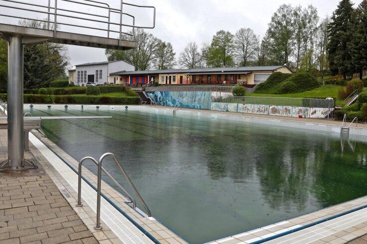 Blick in das Freibad von Waldenburg. Die Stadt lässt den Modernisierungsbedarf ermitteln.