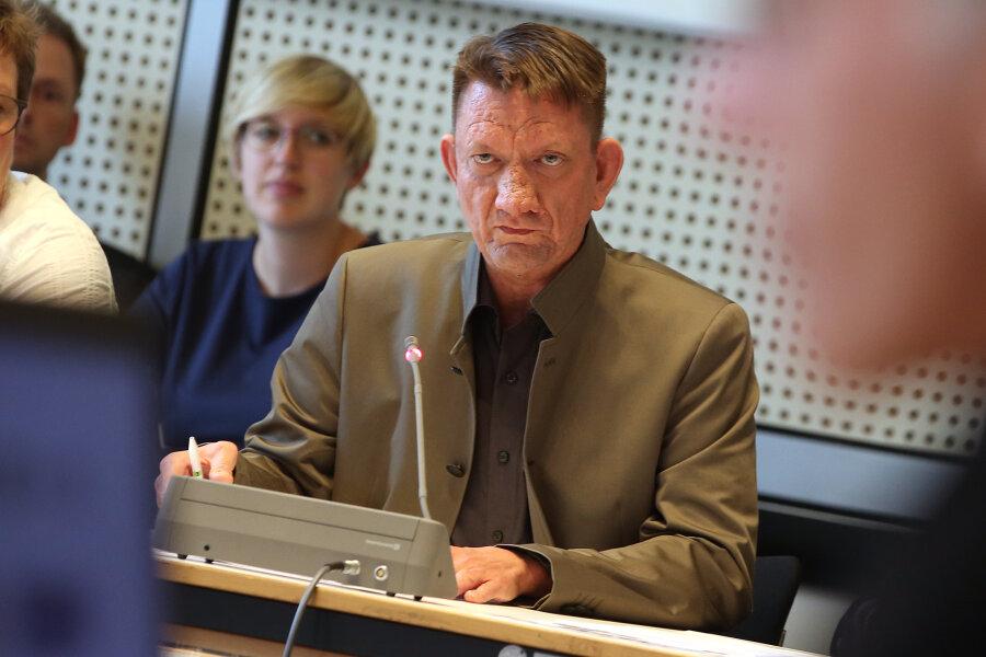 Ronald Gläser (AfD), Vorsitzender des Datenschutzausschusses, zu Beginn der Sitzung im Abgeordnetenhaus. Der Politiker soll via Twitter den unerlaubt veröffentlichten Haftbefehl gegen einen Tatverdächtigen für einen tödlichen Messerangriff in Chemnitz weitergeleitet haben. Aus mehreren Fraktionen wurden daraufhin Zweifel an seiner Eignung als Vorsitzender des Datenschutzausschusses laut.