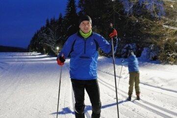 Andreas Unger, Vorsitzender des Skivereins Schönheide, ist gern auf der beleuchteten Loipe unterwegs.