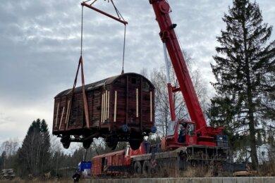 Ein gut 80 Jahre alter Güterwagen wird von einem Autokran der Firma Kelpin in Hammerbrücke wieder sicher auf die Gleise gesetzt.