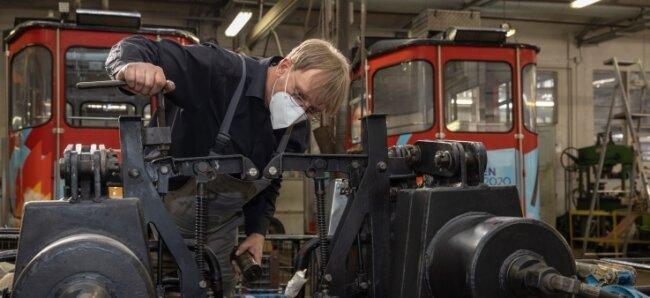 Die Kabinen der Fichtelberg-Schwebebahn werden derzeit in der Werkstatt der Gesellschaft Regionalverkehr Erzgebirge auf Herz und Nieren geprüft - unter anderem von Vorarbeiter Matthias Loos.