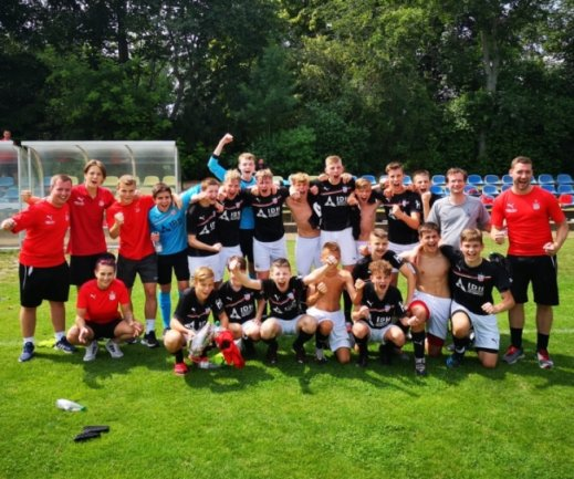 Nachdem die Landesligasaison coronabedingt abgebrochen wurde, trat dieU 15 des FSV Zwickau am Samstag beim Aufstiegsturnier in Leipzig an. Ein Unentschieden und ein Sieg ließen die Mannschaft am Ende jubeln.