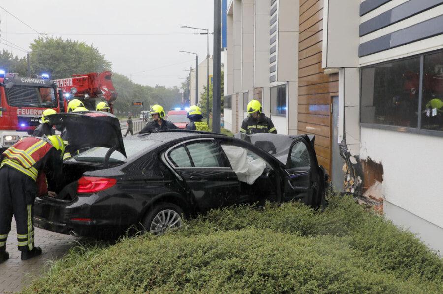 BMW prallt gegen Supermarkt - Fahrer stirbt