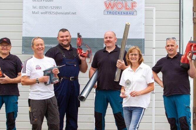 Die Firma Jochen Wolf Isolierungen und Trockenbau hat ihren Sitz an der Kurt-Tucholsky-Straße in Chrieschwitz. Ein Banner macht auf den erhaltenen Sanierungspreis aufmerksam.