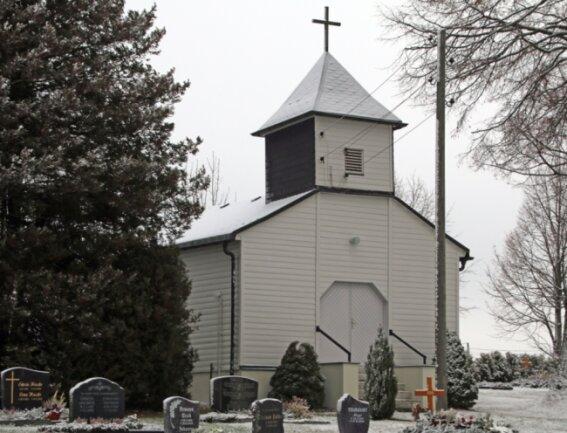 Die kleine Kirche von Müdisdorf. Das einfache Gotteshaus aus Holz wurde im Jahr 1953 erbaut und trägt den Namen Friedenskirche.