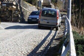 """<p class=""""artikelinhalt"""">Noch müssen sich die Kraftfahrer mit ihren Autos auf der Grünauer Straße im Ortsteil Hopfgarten aneinander vorbeizwängen.</p>"""
