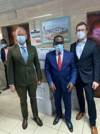 Frank Theeg (rechts) mit dem Gesundheitsminister der Elfenbeinküste, Eugène Aka Aouélé, und dem deutschen Botschafter Ingo Herbert Ende vergangener Woche in Abidjan.