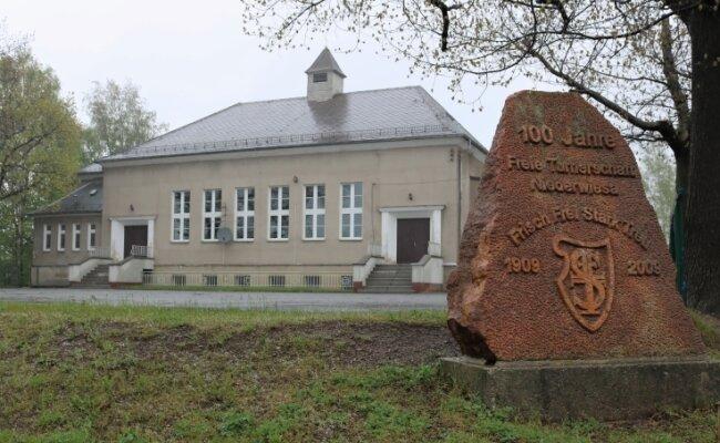 Die alte Sporthalle in Niederwiesa wurde 1928 eingeweiht. Sie ist in ihren Abmessungen zu klein und in fast allen Bereichen längst nicht mehr zeitgemäß.